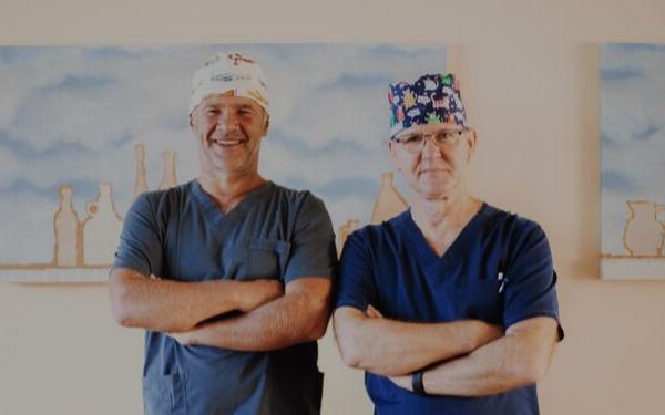 plastiskie ķirurgi Dr. Tālivaldis Krūmiņš un Dr. Jānis Zaržeckis
