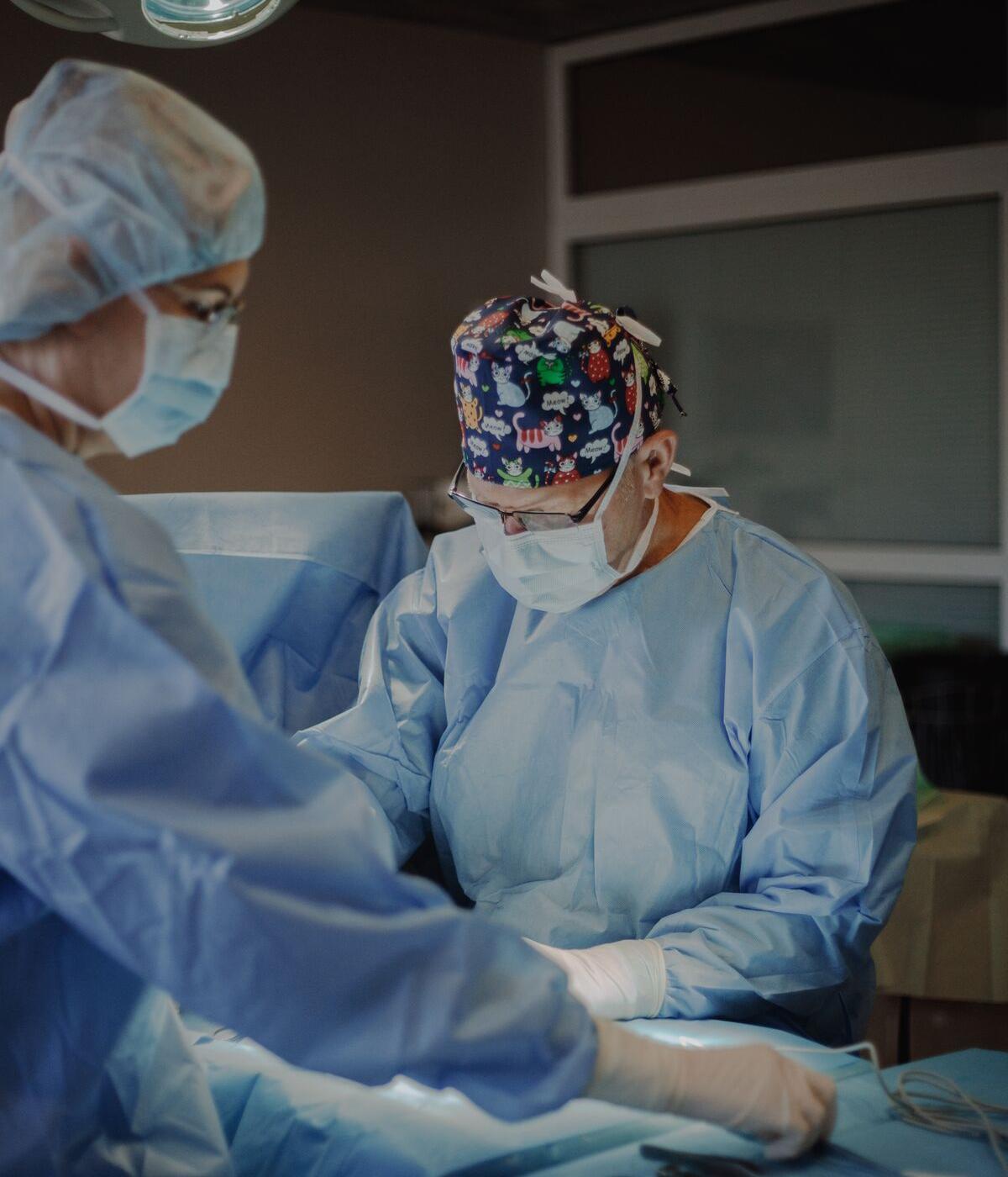 plastiskais ķirurgs veicot plastisko operāciju