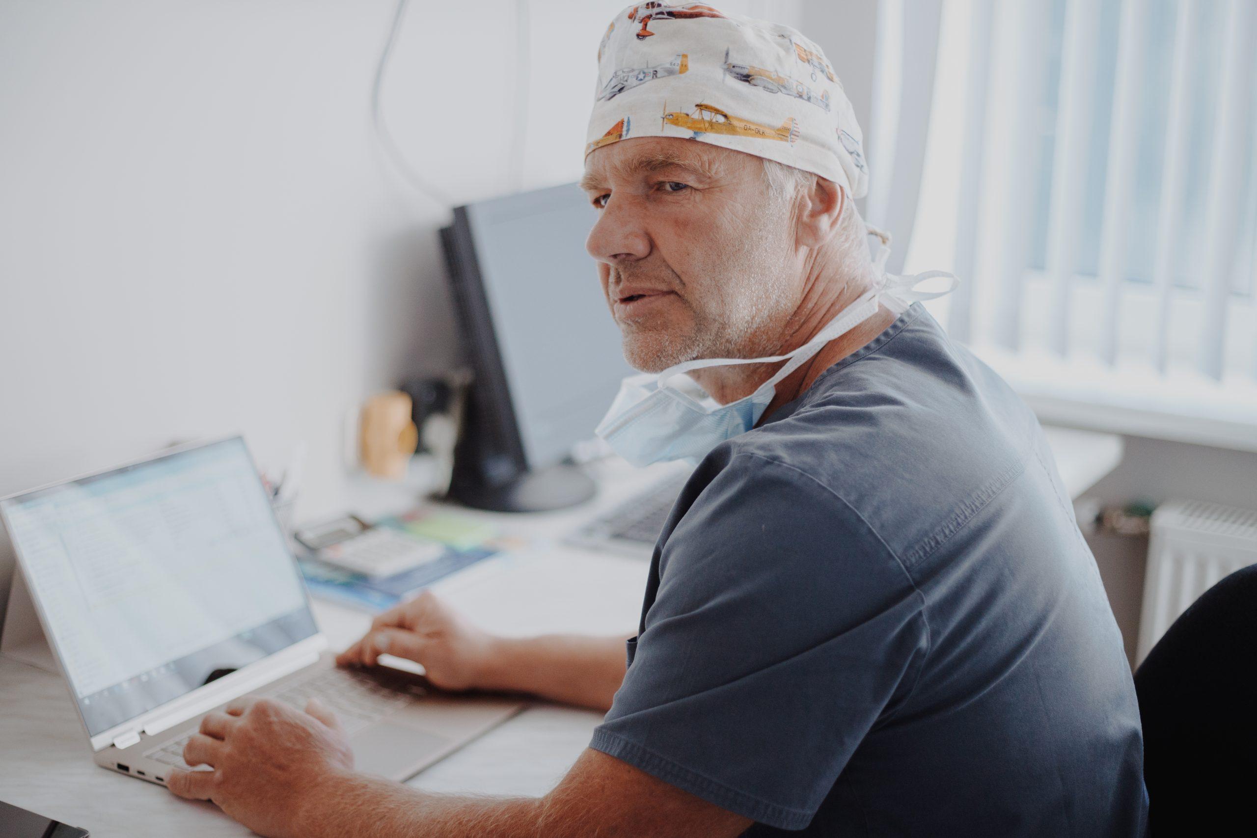 Dipitrēna kontraktūras ārstējošais ārsts
