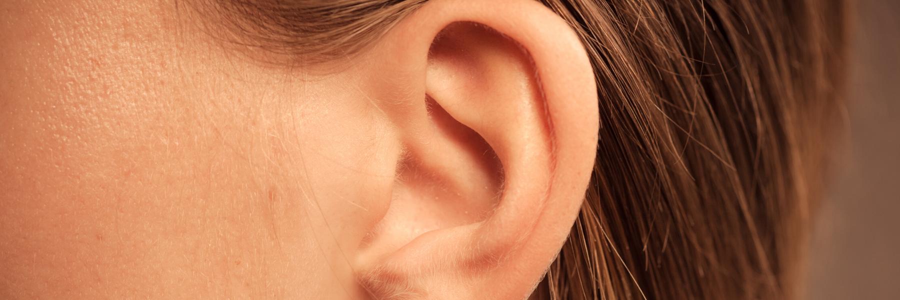 sieviete pēc ausu formas korekcijas