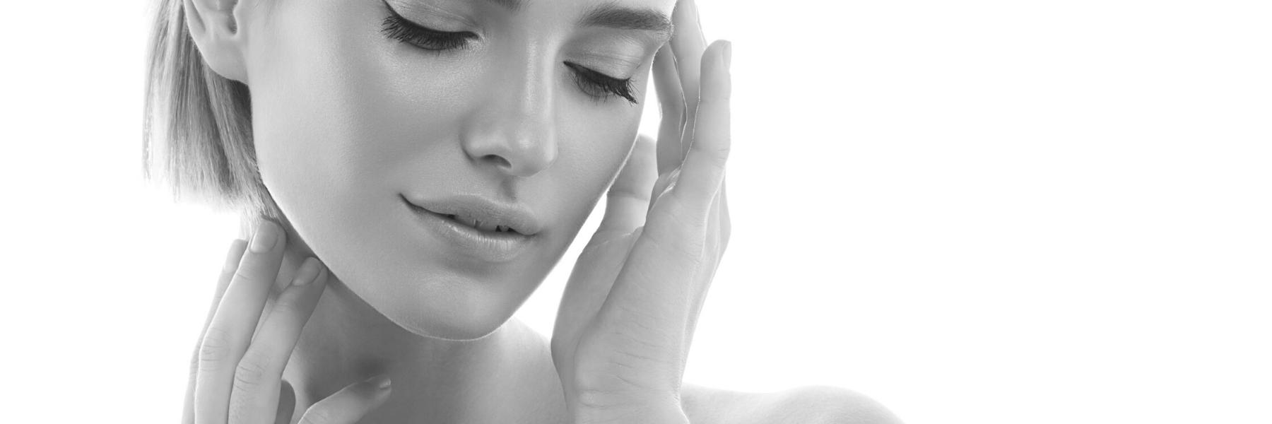 sieviete pēc sejas un kakla ādas atjaunināšanas