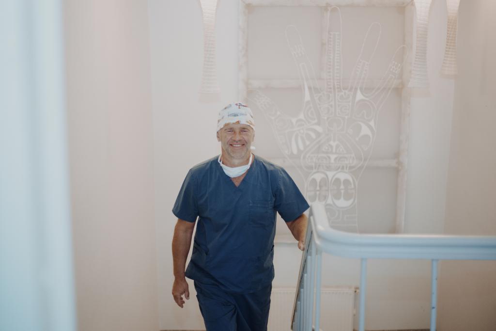 dr. jānis zaržeckis kāpj augšā pa kāpnēm
