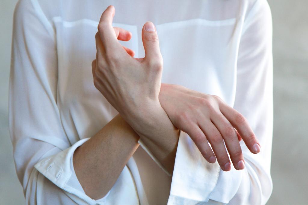 sieviete, kurai notirpušas abas rokas